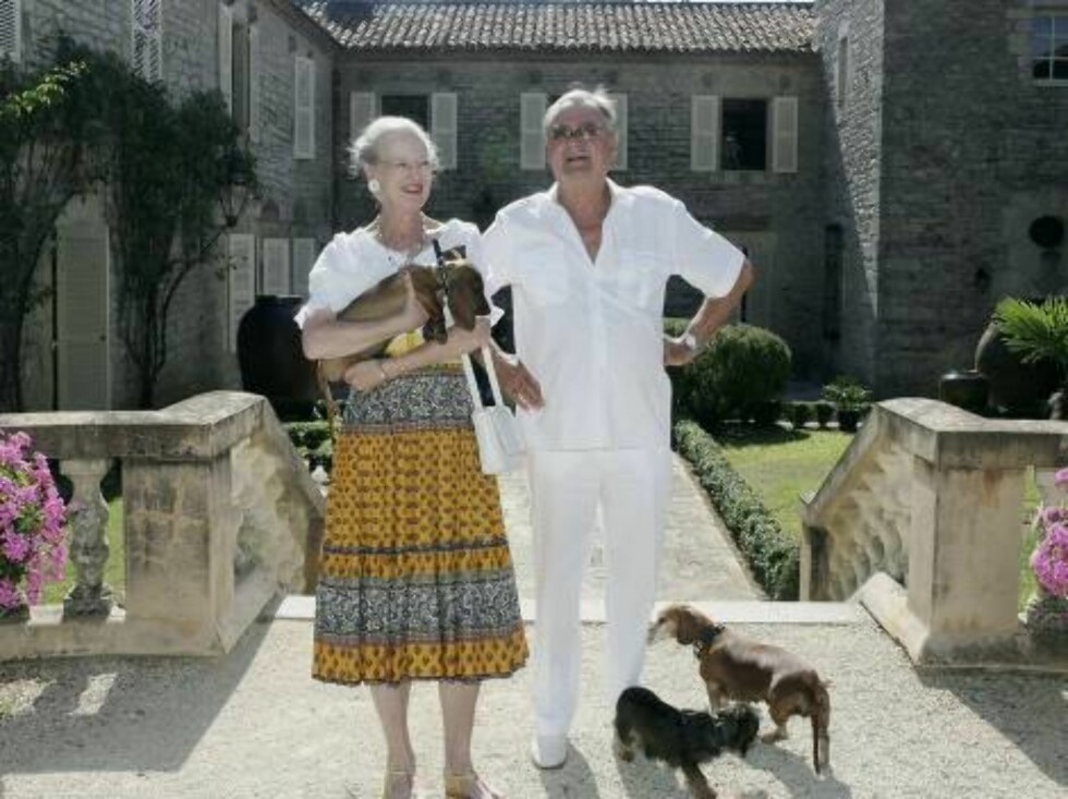 CAIX, FRANCE - AUGUST 09:  Queen Margrethe II of Denmark (L) with her dog Helike and  Prince Henrik of Denmark (R)  pose during the annual photocall in their summer residence on August 9, 2006 in Caix, France.  (Photo by Pascal Le Segretain/Getty Images) Foto: All Over Press