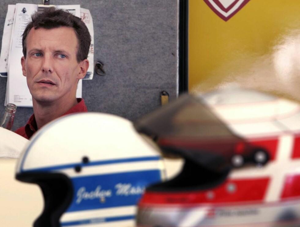 NERVØS: Joachim elsker å farte rundt i biler, men han var tydelig nervøs før racet. Foto: STELLA PICTURES