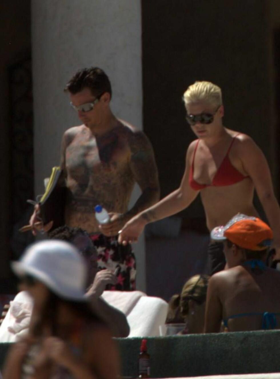 SLAVER AV SOLEN: Pink og Carey trives i varmere strøk. Sjekk Carey tatoverte overkropp! Foto: Stella Pictures
