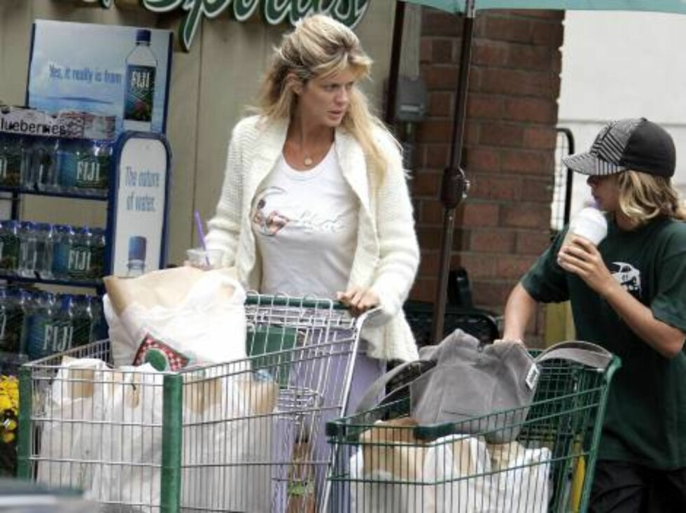 11121, WEST HOLLYWOOD, CALIFORNIA. Tuesday, August 15, 2006, ***EXCLUSIVE*** Supermodel Rachel Hunter goes grocery shopping at Bristol Farms with her son Liam (son of Rod Stewart).Before entering the store she had a good squeeze of the melons. Hunter was Foto: All Over Press