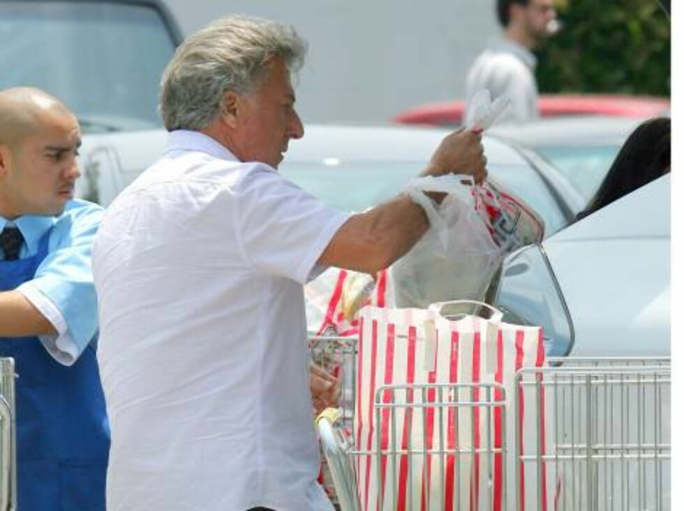 (GERMAN CLIENTS: Doppelt Anstrich) / Exclusive: Actor DUSTIN HOFFMAN making a bulk purchase at a supermarket in Brentwood. Hoffman left the grocery store with three loaded carts and got some help to bring all the goods to his car. By the way: Hoffman didn Foto: All Over Press