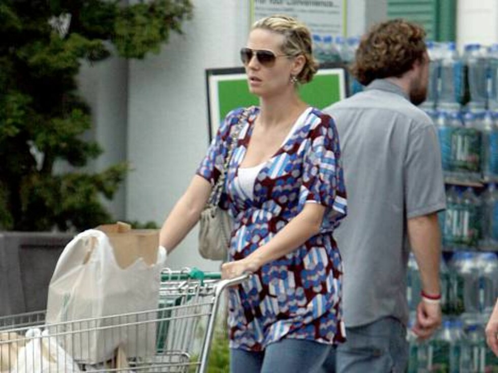 Sunset Photo and News 310 409 6992 Heidi Klum takes her family grocery shopping in West Hollywood and appears to be showing a little baby bump.  07/16/06 BWP Foto: All Over Press