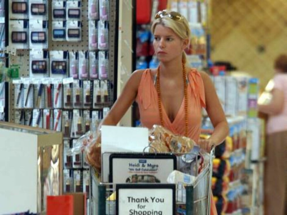 Code: X17XX8- Rhea-Pham, Calabasas, USA, 26.09.2004: SINGER Jessica Simpson stocks up at the local supermarket -- buying everything from frozen corn dogs, to popsicles, to toilet paper, to lots of liquor!  The cowboy-hatted singer-reality TV star brought Foto: All Over Press