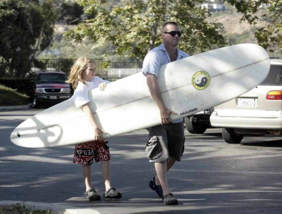 MORO PÅ STRANDA: Vesle Jack ser fram til at filmpappaen skal lære ham opp på det nye surfebrettet. Foto: All Over Press