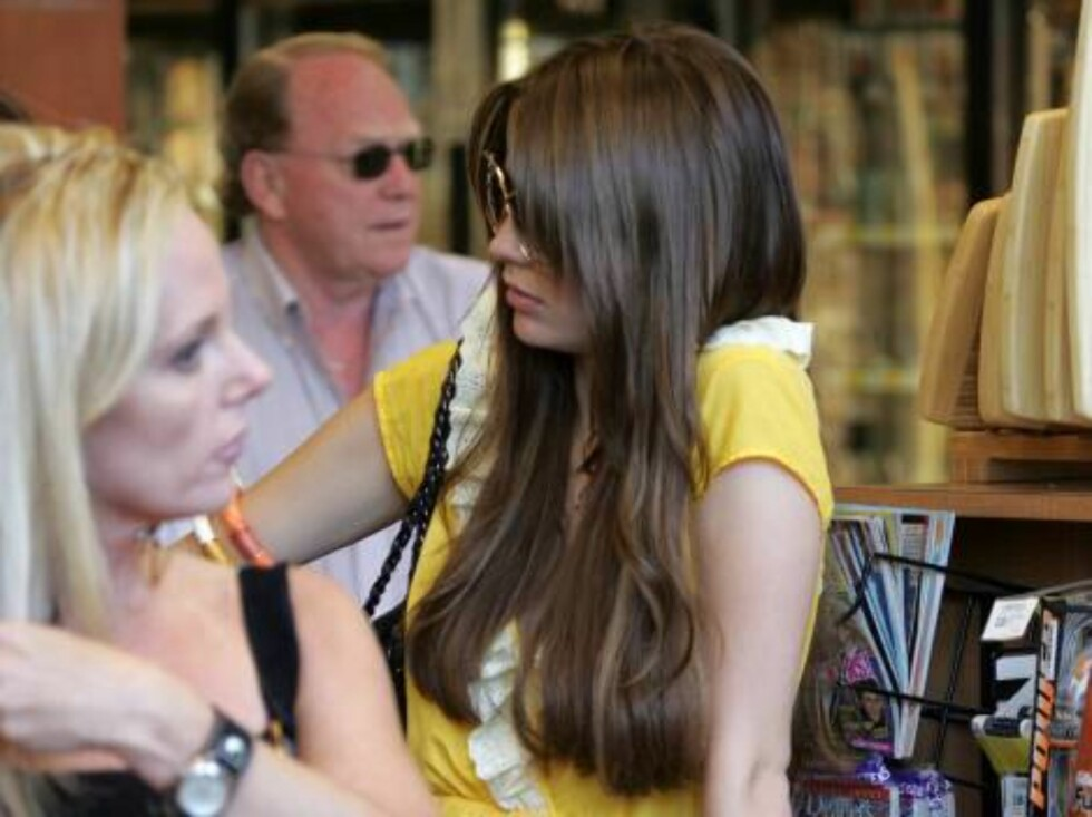 Mischa Barton turned brunette as the OC season is over. Mischa is sporting a summery yellow dress and went grocery shopping for a barbecue with her sister and her close friend Nicole Richie. May 13, 2006 X17agency EXCLUSIVE / ALL OVER PRESS Foto: All Over Press