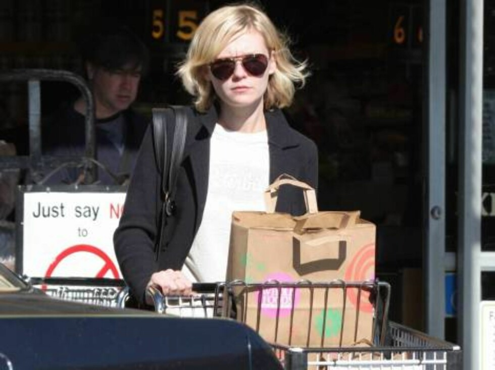 Code: X17XX8 - Tuan Pham, Beverly Hills, USA, 14.01.2005: Kirsten Dunst is just like the rest of us, doing her grocery shopping before the weekend.  She picked up some real essentials -- scented candles and purified water!   All Over Press / X17 Picture Foto: All Over Press
