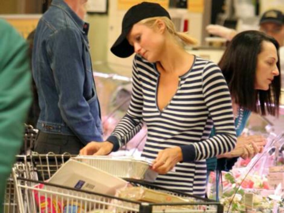 Paris Hilton is grocery shopping at Wholefood in Beverly Hills, buying delicatessen and Easter treats. April 12, 2006 X17agency EXCLUSIVE / ALL OVER PRESS Foto: All Over Press