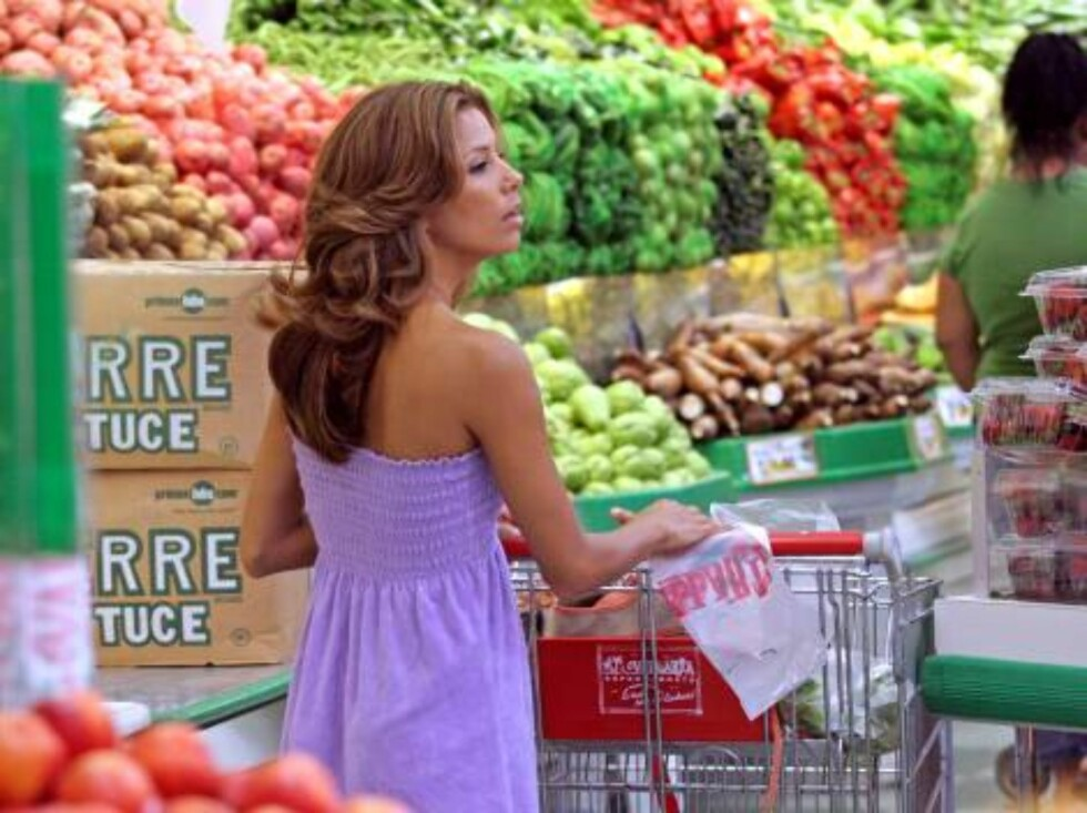 10707, LOS ANGELES, CALIFORNIA - Monday July 17, 2006. *** EXCLUSIVE *** Eva Longoria turns heads while grocery shopping in a Latin market.   Longoria sports a body hugging lavender summer dress. She picked up vegetables, fruits, and dishware before being Foto: All Over Press