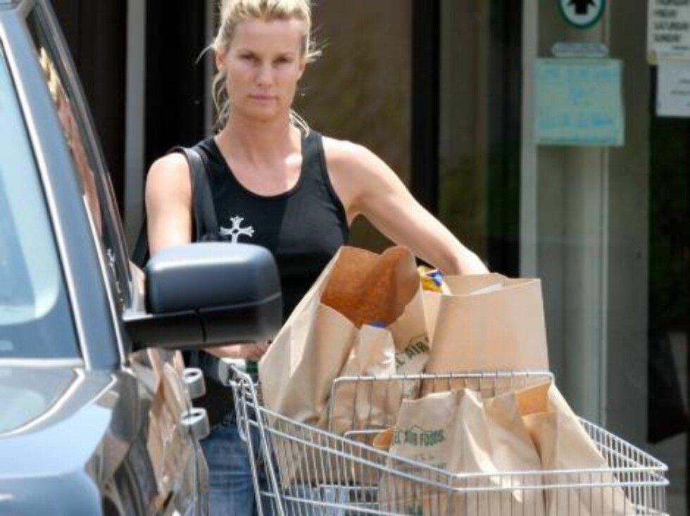 Nicolette Sheridan smells the parsley. She is wearing no makeup as she is grocery shopping in Bel Air August 1, 2006 X17agency EXCLUSIVE Foto: All Over Press