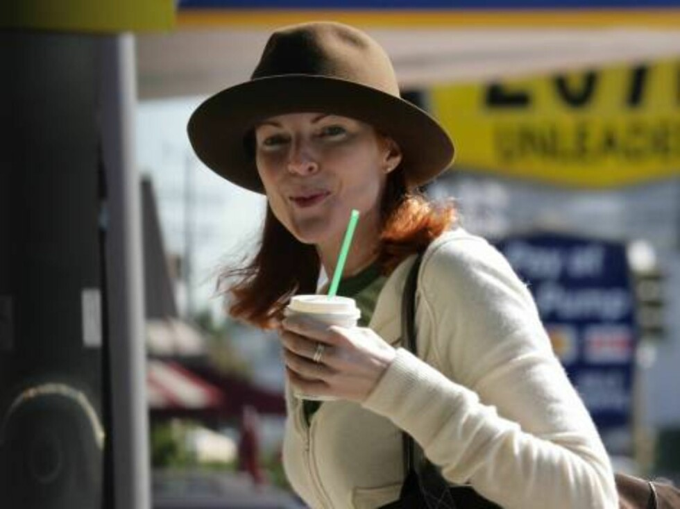 """Code: X17XX8 - no code, Brentwood, USA, 02.02.2005: Generous """"Desperate Housewives"""" Marcia Cross gives a dollar to a Vietnam Vet in Brentwood after getting a coffee at Starbucks. All Over Press / X17 Picture Agency   EXCLUSIVE / ALL OVER PRESS Foto: All Over Press"""