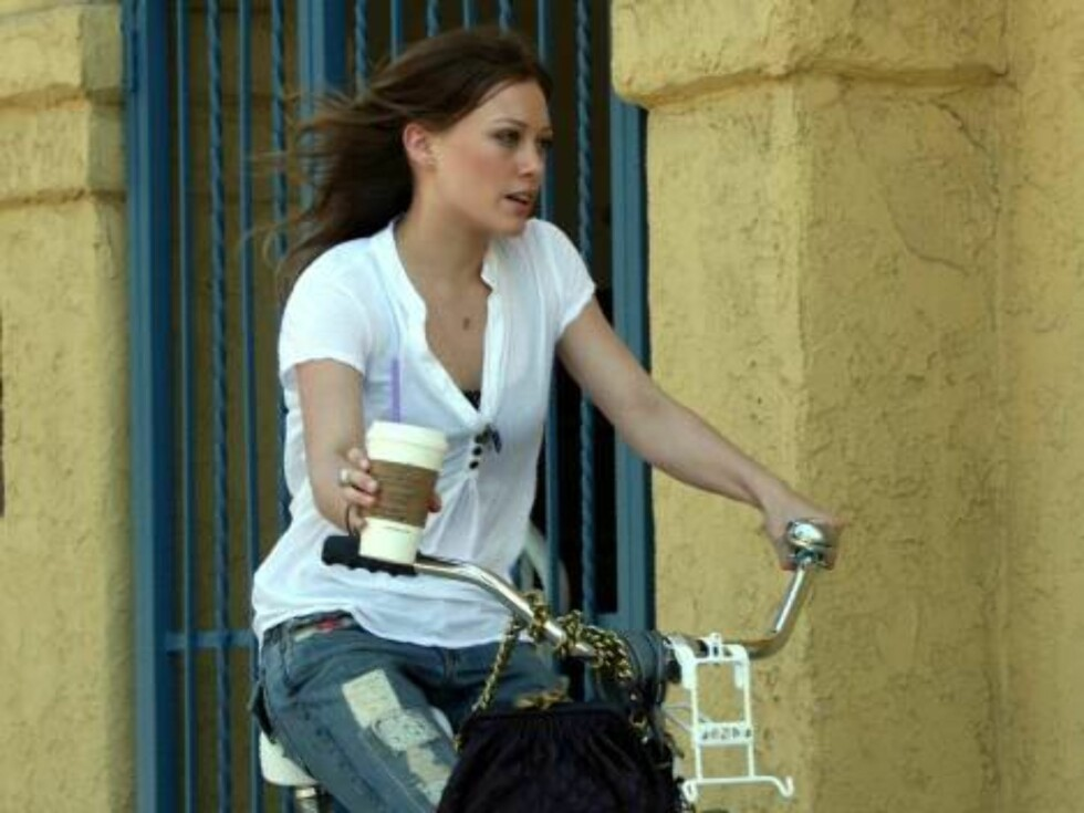 Barely in balance Hilary Duff and boyfriend Joel Madden ride their special bikes to a nearby cofffee shop in Hollywood. July 15, 2006 X17agency EXCLUSIVE Foto: All Over Press