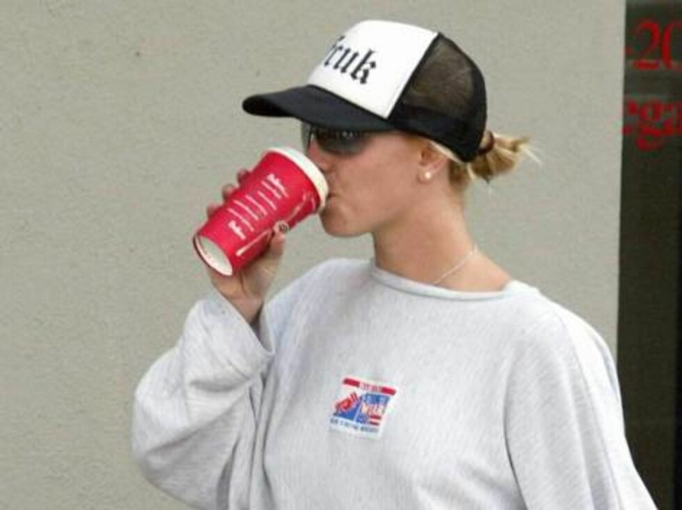Pop princess Britney Spears hardly looks like royalty as so strolls down a West Hollywood boulevard in droopy sweats.  Spears had a large coffee at her lips, shaded by a French Connection UK trucker cap.  December 26, 2003.  Exclusive X17agency.com / ALL Foto: All Over Press
