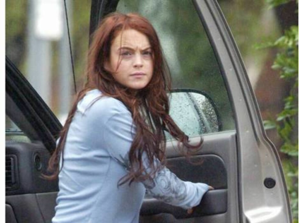 """Code:X17XX8-Volpe/Denis, California, USA, 18.10.2004: Actress Lindsay Lohan looks really tired after a hard day at work on the set of """"Herbie.""""  The teen actress had a scowl on her face as she got out of her car to go home.   All Over Press / X17 Pictur Foto: All Over Press"""