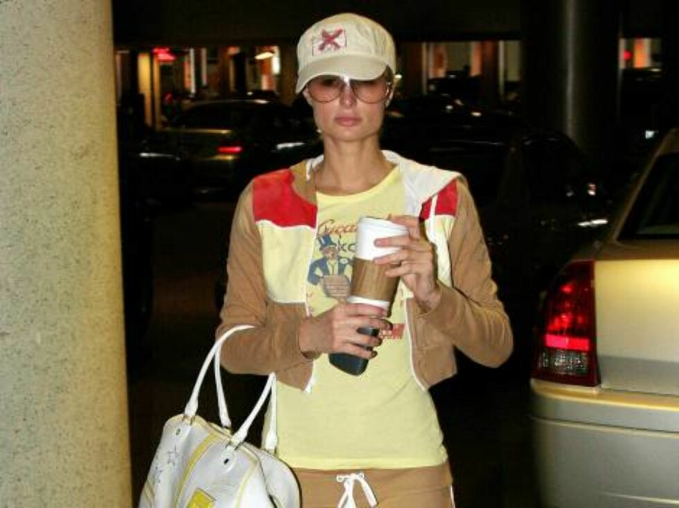 Paris Hilton drinking Starbucks coffee wears golden shoes as she shops in Beverly Hills. April 15, 2006 X17agency EXCLUSIVE / ALL OVER PRESS Foto: All Over Press