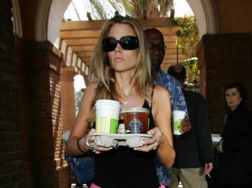 Denise Richards buying three cups of tea and coffee at Starbucks in Calabasas, The star then went to see her divorce attorney. No Richie Sambora around. April 29, 2006 X17agency exclusive / ALL OVER PRESS Foto: All Over Press