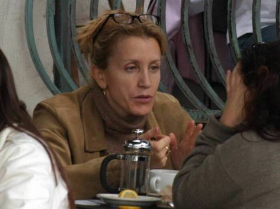 """Code: X17XX8 - Ruano-Larbi, Beverly Hills, USA, 02.01.2005: """"Desperate housewives""""  tv star Felicity Huffman shopping for boots on Robertson Avenue in Beverly Hills. She then has coffee at Urth Cafe in West Hollywood. All Over Press / X17 Picture Agency / Foto: All Over Press"""