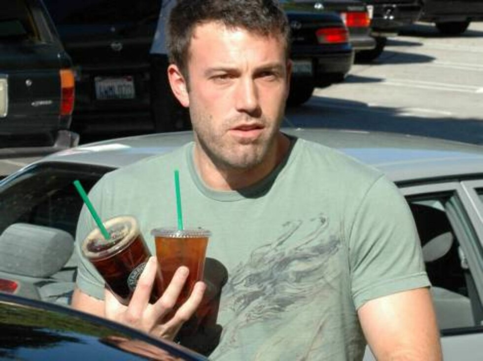 Good husband and soon to be dad Ben Affleck buying ice tea at Starbucks for pregnant wife Jennifer Garner. Jennifer is dur any day. November 21, 2005 X17agency exculsive / ALL OVER PRESS Foto: All Over Press