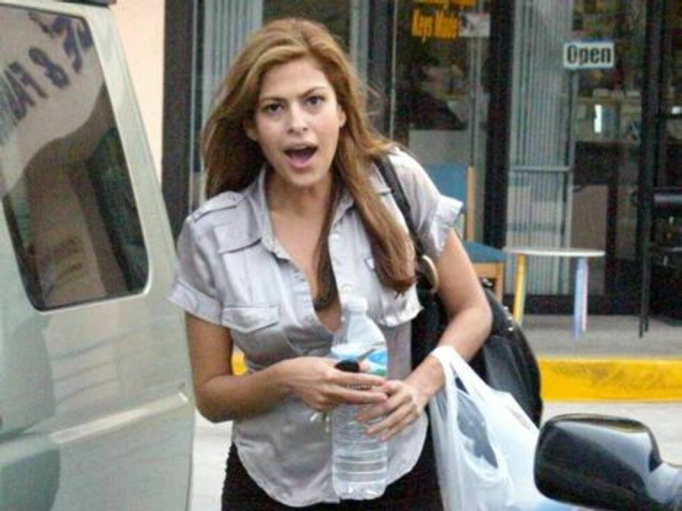Eva Mendes with no makeup stopping at a coffee place in Hollywood. December 5, 2005 X17agency EXCLUSIVE / ALL OVER PRESS Foto: All Over Press