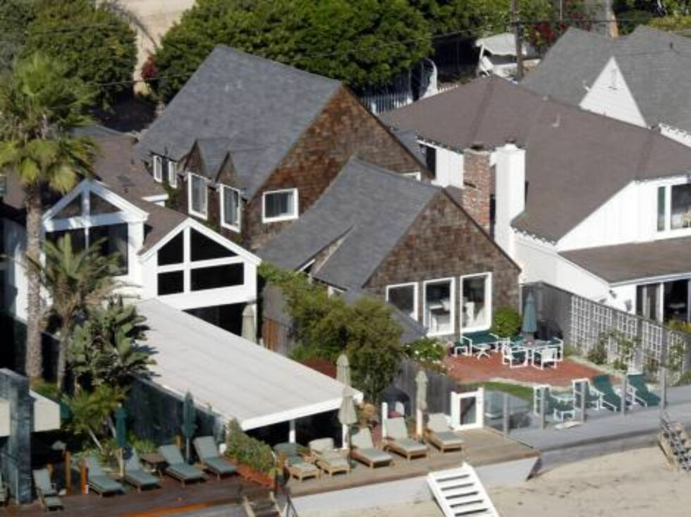 A few celebrity houses are threatened by fire in the hills around Malibu, Jessica Simpson, Heather Locklear, Britney Spears, Pierce Brosnan, Brad Pitt, Barbra Streisand. X17agency exclusive here is Pamela Anderson's house in Malibu / ALL OVER PRESS Foto: All Over Press