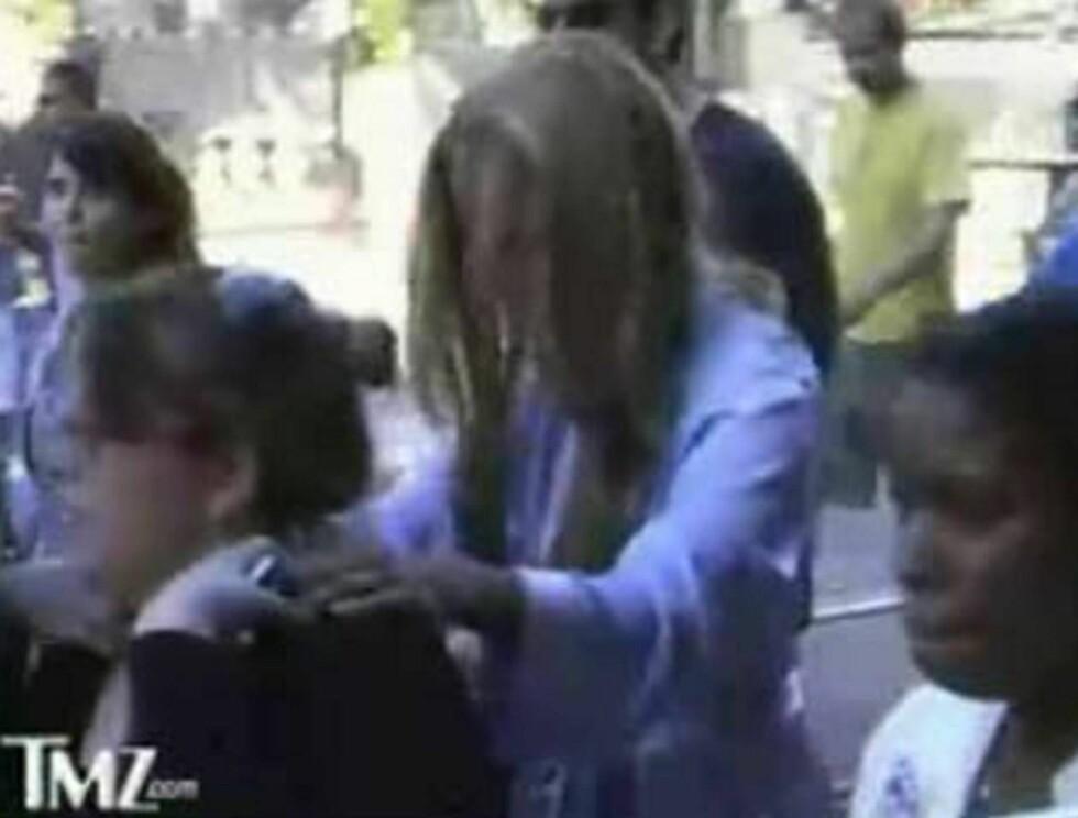 TAR TYRA VED HORNENE: Under hele ferden holder Tyra seg fast i skuldrene til en venninne. Foto: TMZ.COM