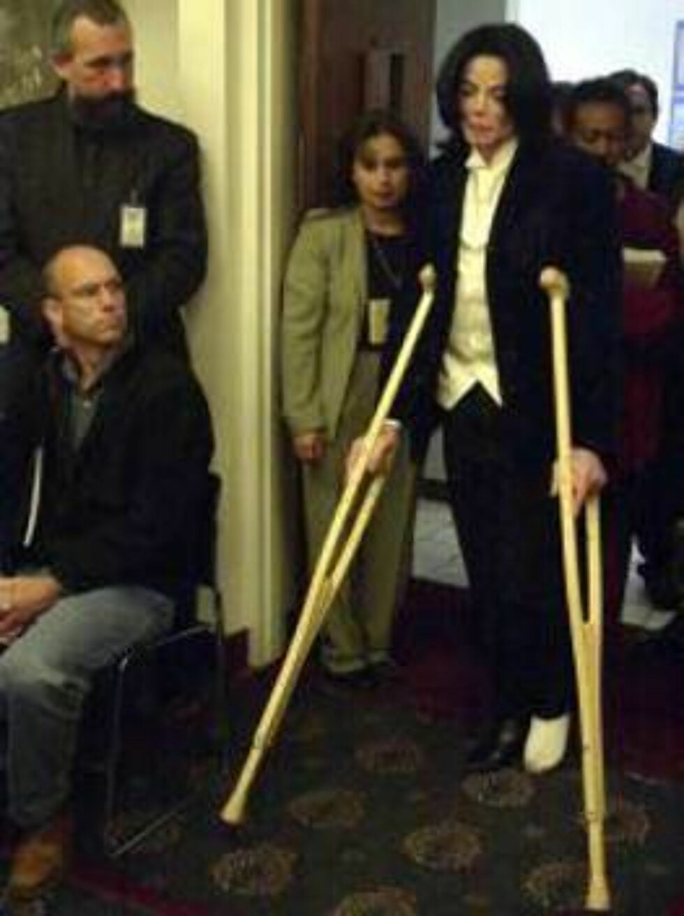 SANTA MARIA, CA - DECEMBER 3:  Singer Michael Jackson arrives in crutches at the Santa Maria Superior Court during his civil trial on December 3, 2002 in Santa Maria, California.  The artist is being sued for $21 million by his longtime promoter for backi Foto: All Over Press