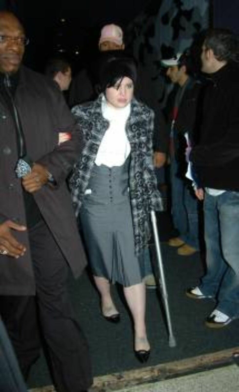 LONDON 051120 - Kelly and Jack Osbourne leaving the afterparty for the T4 Poll Winners? Party. Kelly, walking with the aid of crutches, seemed to be in some pain, much to Jack's concern.  Photo: Jambala/YD Image Code: 4028  COPYRIGHT STELLA PICTURES Foto: Stella Pictures