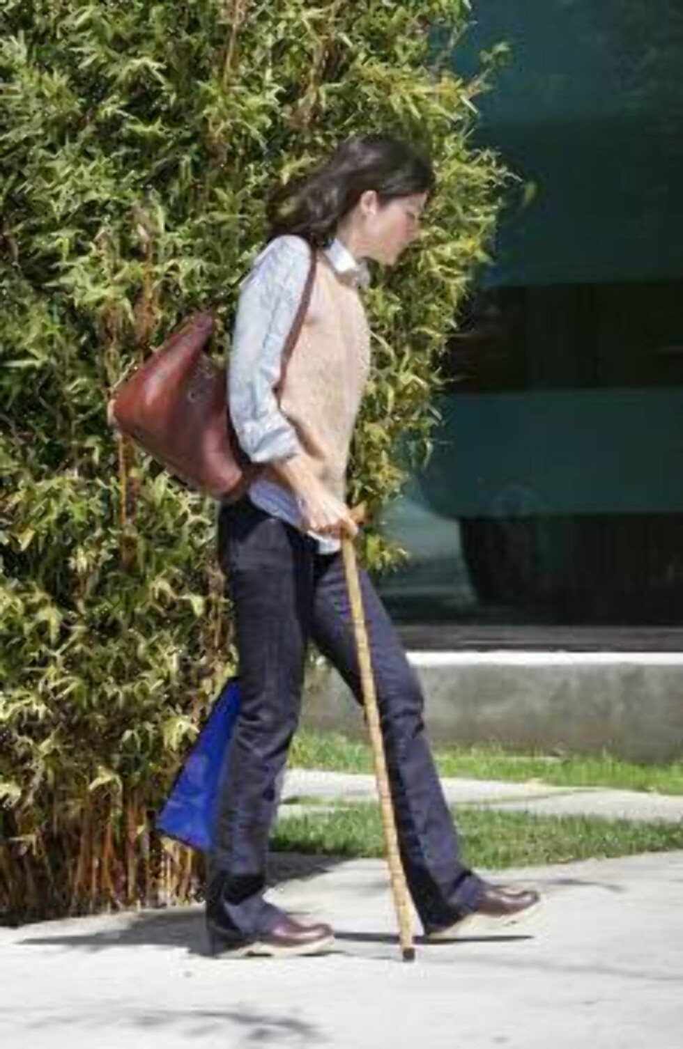 LOS ANGELES 2006-03-29.  EXCLUSIVE. US actress Selma Blair is strolling with crutches with difficulties because of her broken foot, in West Hollywood, CA, USA, on March 29, 2006.   Photo: VIPIX/ABACAPRESS Code: 4001/94707  COPYRIGHT STELLA PICTURES Foto: Stella Pictures