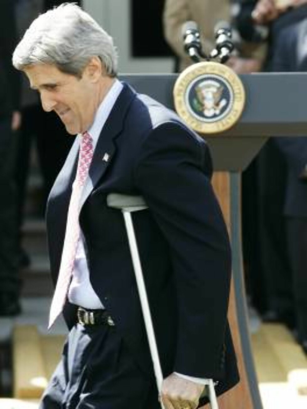 WASHINGTON - APRIL 13:  U.S. Senator John Kerry (D-MA) walks with crutches as he arrives for a Rose Garden event to honor the Super Bowl Champion New England Patriots April 13, 2005 at the White House in Washington, DC. Senator Kerry had knee surgery rece Foto: All Over Press