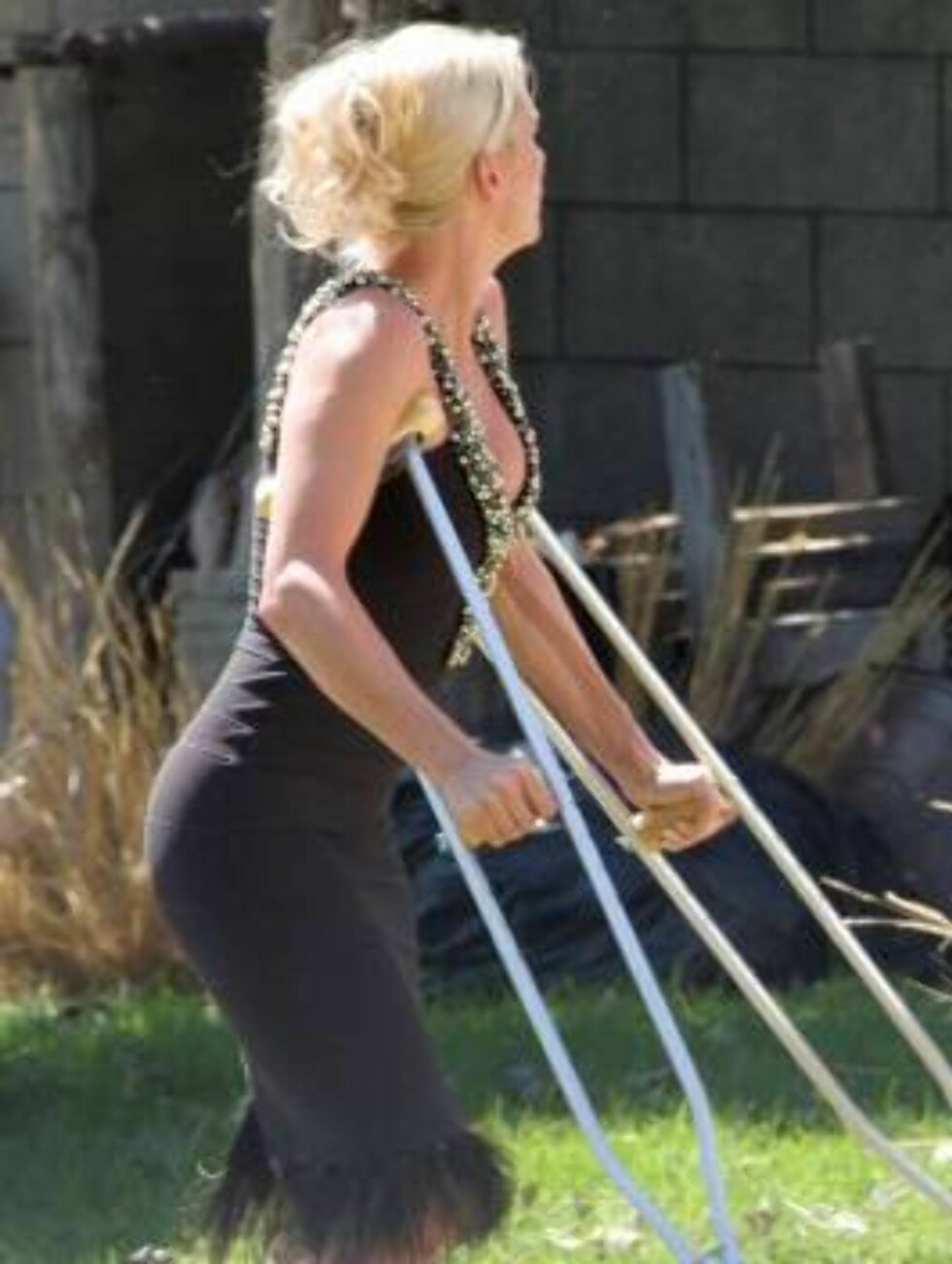 Nicolette Sheridan walking with crutches on the set of Desperate Housewives in Los Angeles. Felecity Huffman, Eva Longoria and Marcia Cross help her co star who has a broken leg.  X17 / ALL OVER PRESS Foto: All Over Press