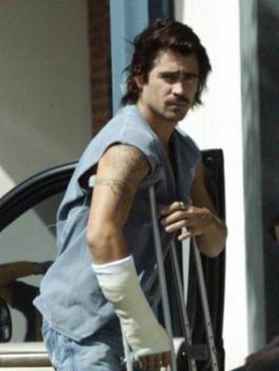 Colin Farrell hobbles to the hospital for a check-up on his broken leg and wrist.  The multiple injury hunk looked a little worse for wear sporting two casts and messy hair.  March 13, 2004.  Exclusive X17agency.com / ALL OVER PRESS Foto: All Over Press