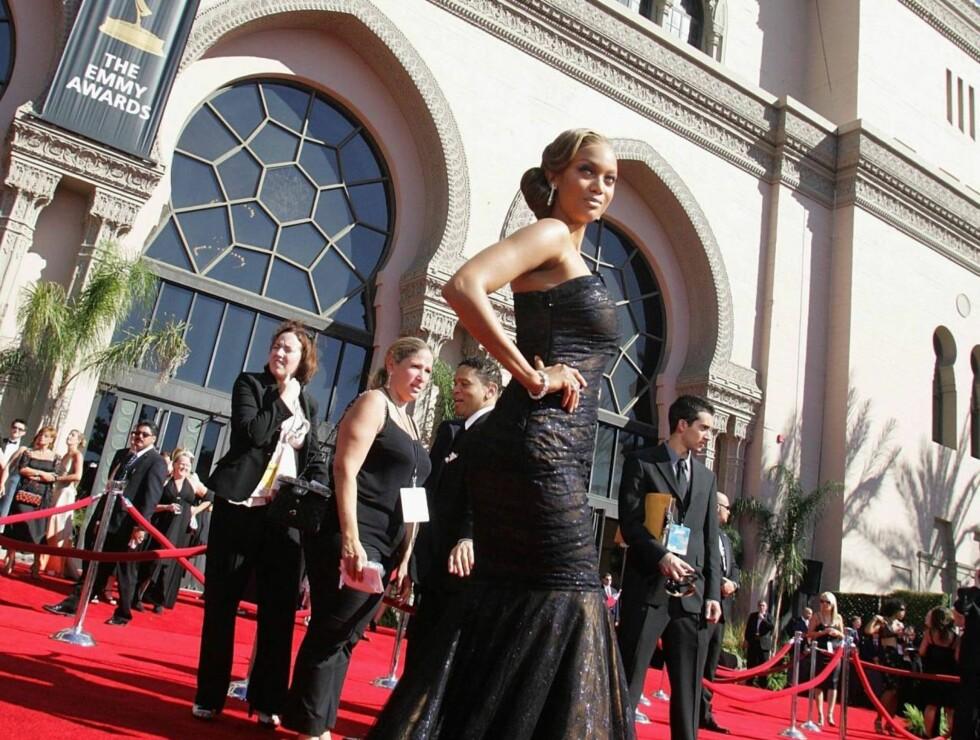 SCENEVANT: Foran Emmy-utdelingen viser den tidligere toppmodellen Tyra Banks frem sin 340 000-kroners kjole. Foto: All Over Press