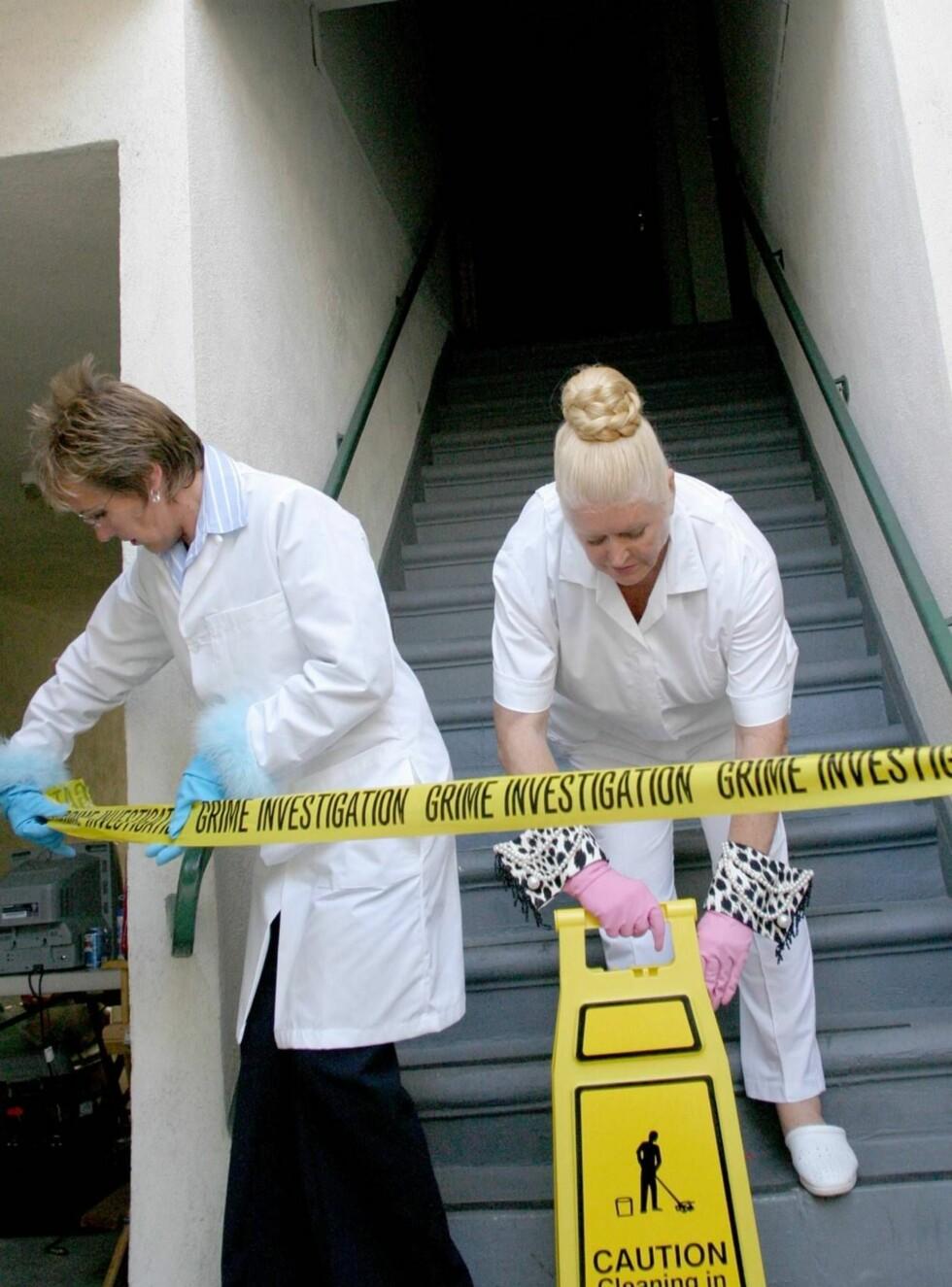 """RYDDER OPP: Sammen med Aggie MacKenzie har Kim Woodburn (t.h.) lært folk å vaske hus i """"Ekstrem rengjøring"""". Foto: TVNorge"""