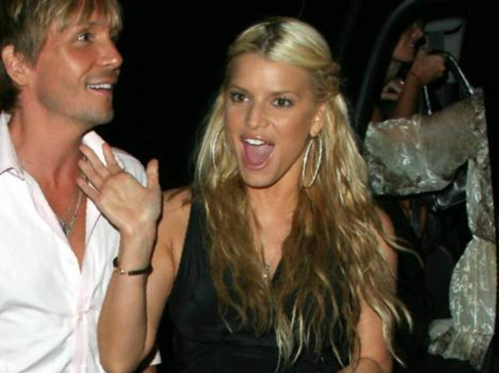 Ashlee Simpson and Jessica Simpson say Happy Birthday!!!! to Ken Paves at the Little Door in Hollywood August 2, 2006 X17agency exclusive Foto: All Over Press