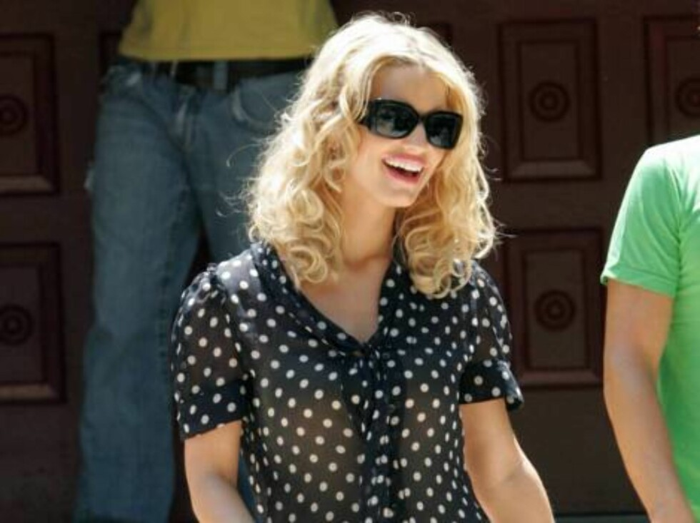 Code: X17XX8 - Ginsburg-Spaly, Beverly Hills, USA, 10.08.2005: Jessica Simpson in Beverly Hills is the main attraction as she shops with a polka dots blouse. (the ring is back) All Over Press / X17 Agency / Ginsburg-Spaly / ALL OVER PRESS Foto: All Over Press