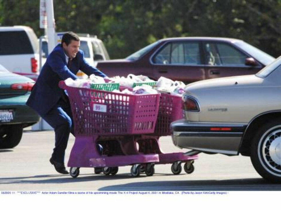 392920 11:  ***EXCLUSIVE***  Actor Adam Sandler films a scene of his upcomming movie The X-4 Project August 6, 2001 in Westlake, CA.  (Photo by Jason Kirk/Getty Images) /ALL OVER PRESS Foto: All Over Press