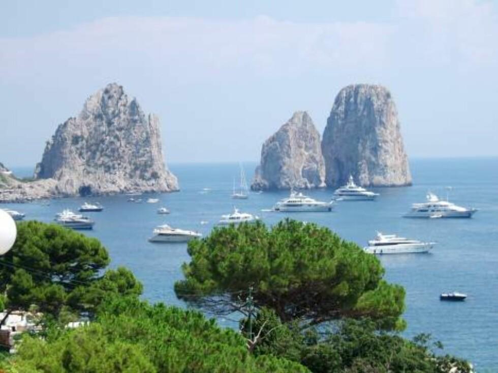 LANDEMERKE: De berømte Faraglioni-klippene er Capris mest kjente landemerke. Foto: Helle Øder Valebrokk