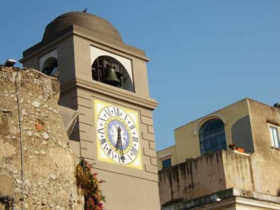 KLOKKENE RINGER FOR...: Klokketårnet i Capri by er et vakkert skue. Foto: Erik Valebrokk