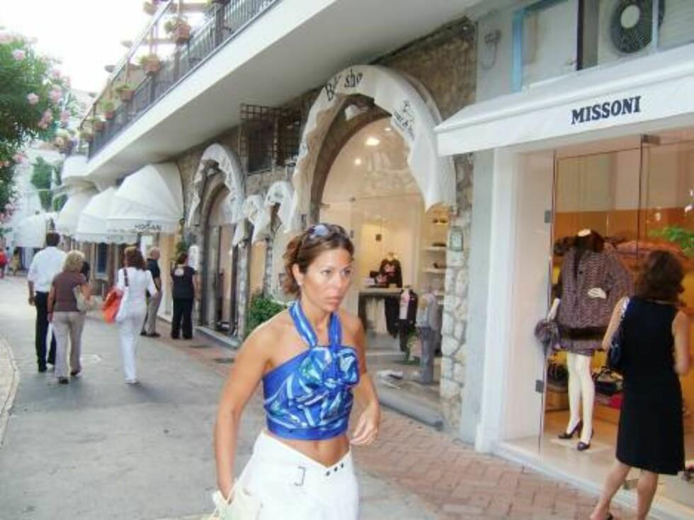 HASTER AV GÅRDE: Denne damen prøver kanskje å rekke over alle de eksklusive forretningene på Via Camerelle på kortest mulig tid? Foto: Helle Øder Valebrokk