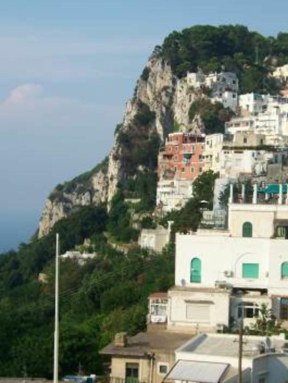DRAMATISK: Når det er så bratt som på Capri, må du nødvendigvis bygge deretter. Foto: Erik Valebrokk