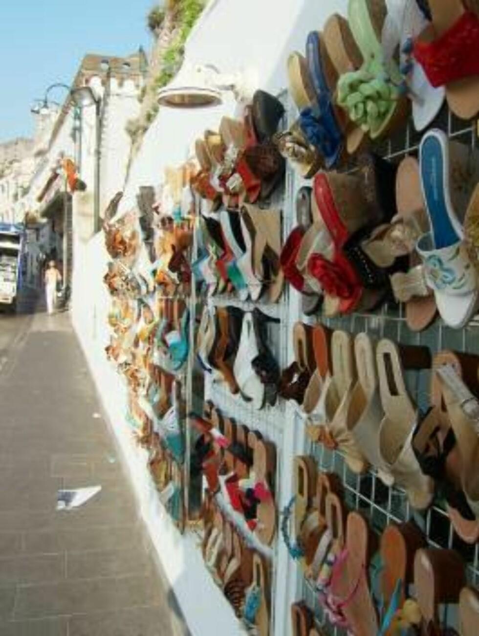 STORT UTVALG: Capri er verdenskjent for sine sandaler. Du finner nok av utsalg som dette. Foto: Erik Valebrokk