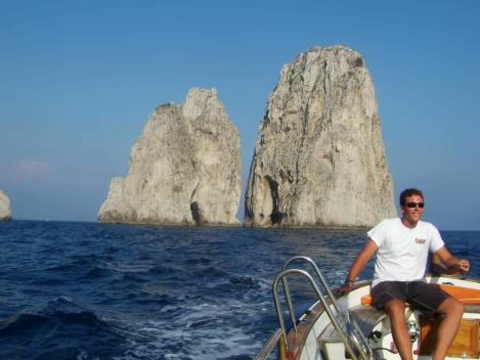 SHIP O'HOI: Det koster 120 euro (litt over tusenlappen) å leie båt som tar deg rundt hele øya på to-tre timer. Vi var fire personer, og da er jo ikke stykkprisen så verst. Foto: Helle Øder Valebrokk