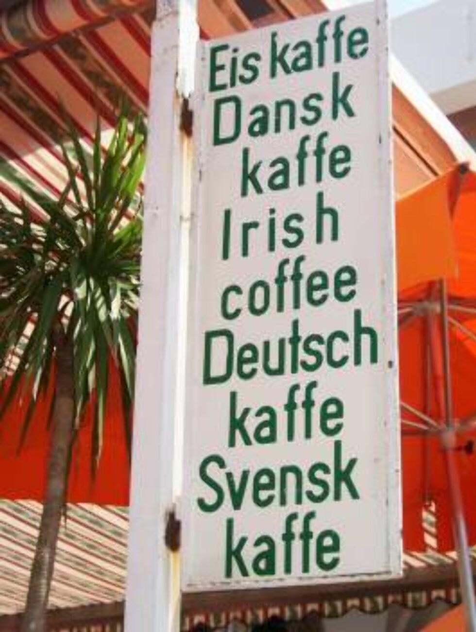 HVAFFORNO? Vi er litt usikre på hva svensk, dansk og tysk kaffe er, men dette skiltet finner du i Anacapri hvis du er nysgjerrig. Foto: Helle Øder Valebrokk