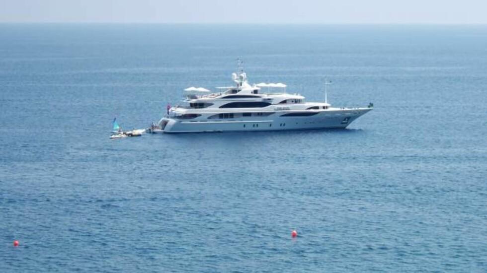 STORE BÅTER: Luksusyachtene ligger ankret opp utenfor Capri. Foto: Helle Øder Valebrokk
