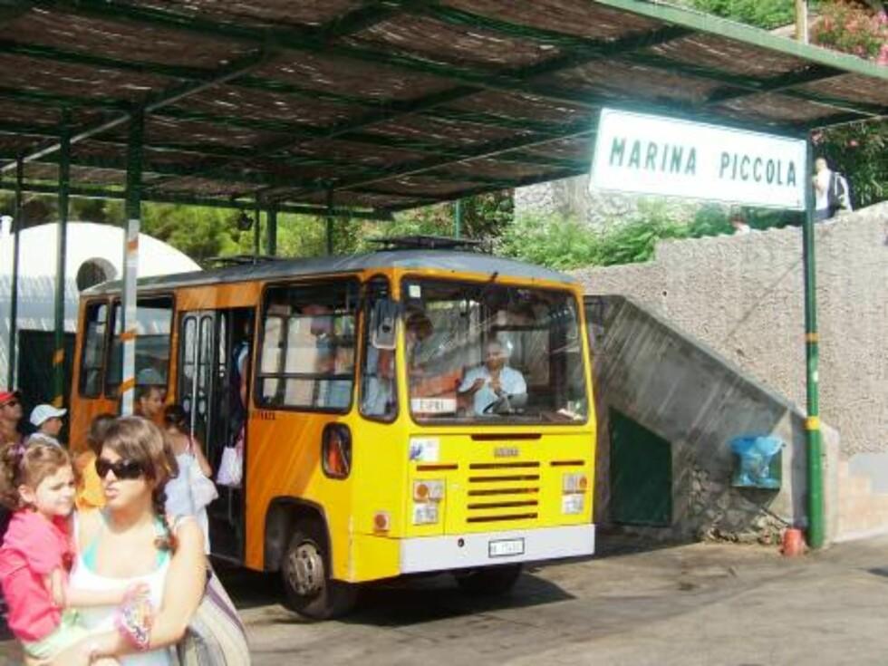 SMÅ BUSSER: Disse minibussene ser du overalt på Capri. Foto: Helle Øder Valebrokk