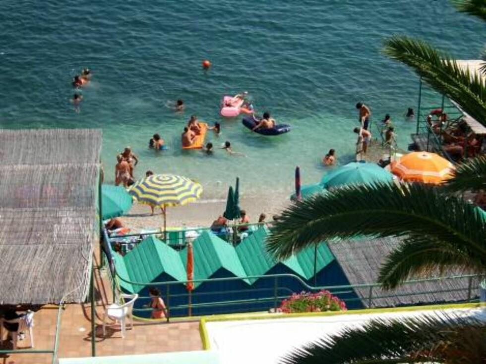 DEILIG STED: Marina Piccola kan skilte med en herlig liten strand med flere restauranter/kafeer og barer. Foto: Helle Øder Valebrokk