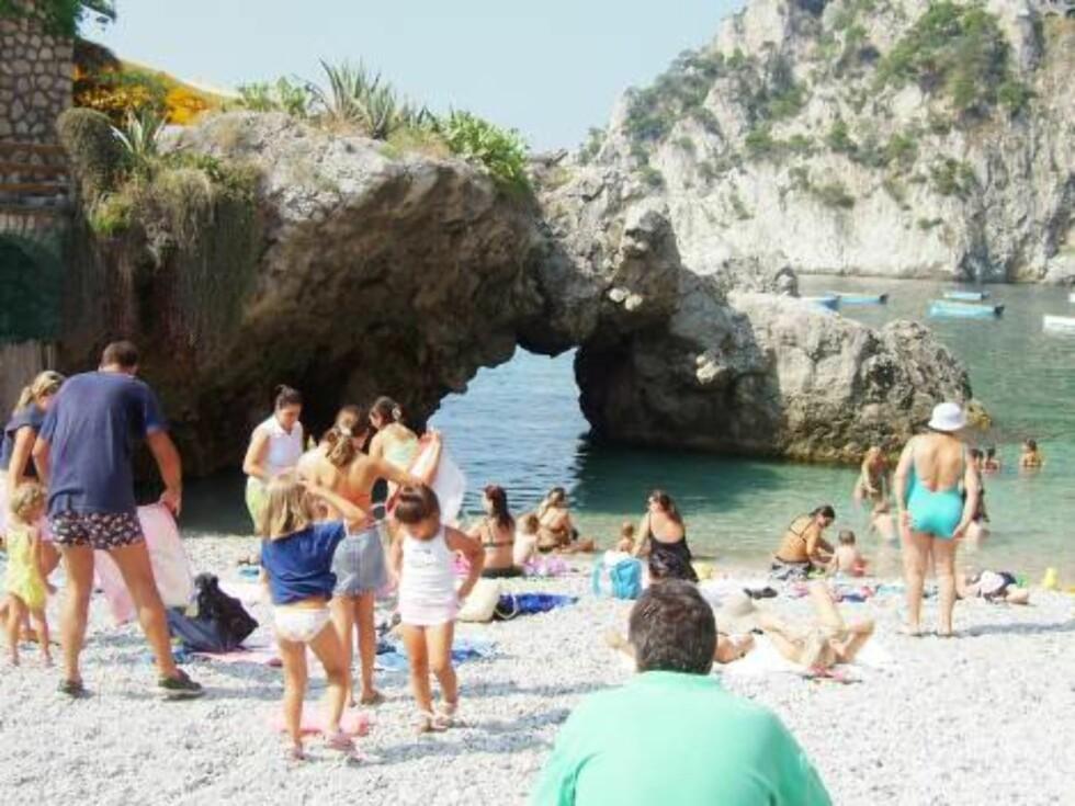 BADELIV: Det er få strender på Capri, men her fra Marina Piccola er den fineste med flest fasiliteter. Foto: Helle Øder Valebrokk