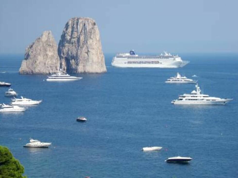 AFTENSOL: Solen senker seg over Capri, og cruisebåten er på vei til nye farvann.  Foto: Helle Øder Valebrokk