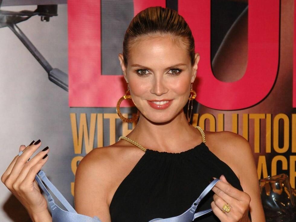 STOLT:Supermodellen var tydlig stolt da hun viste frem sin nye bh-kolleksjon! Foto: All Over Press