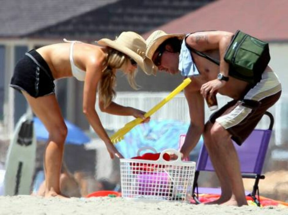 DEnise Richards spends the week end on the beach in Malibu with beloved Richie Sambora. August 5, 2006 X17agency EXCLUSIVE Foto: All Over Press