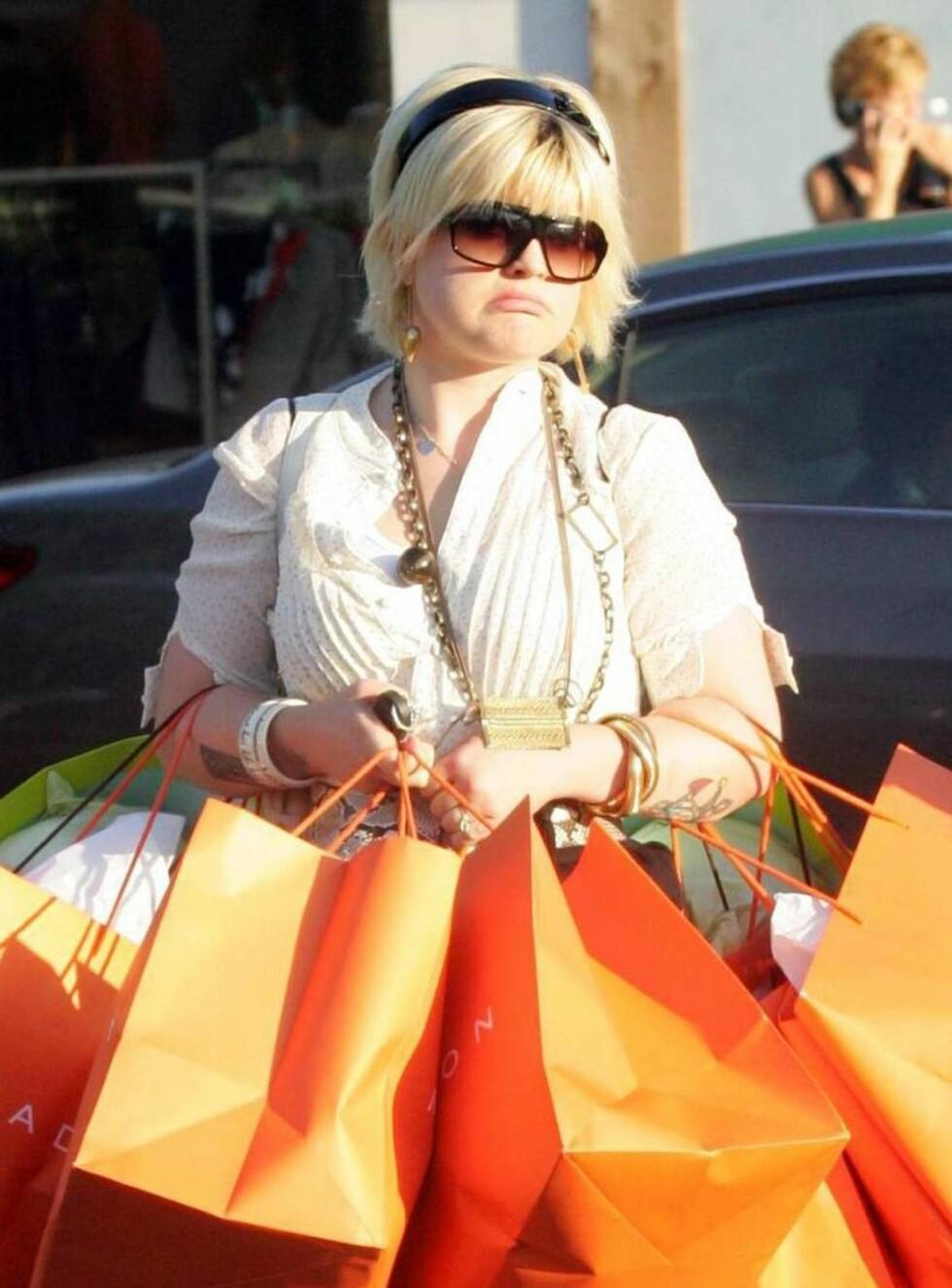 HENGER MED GEIPEN: De fleste jenter blir glade av shopping. Kelly Osbourne er ikke som andre jenter... Foto: All Over Press